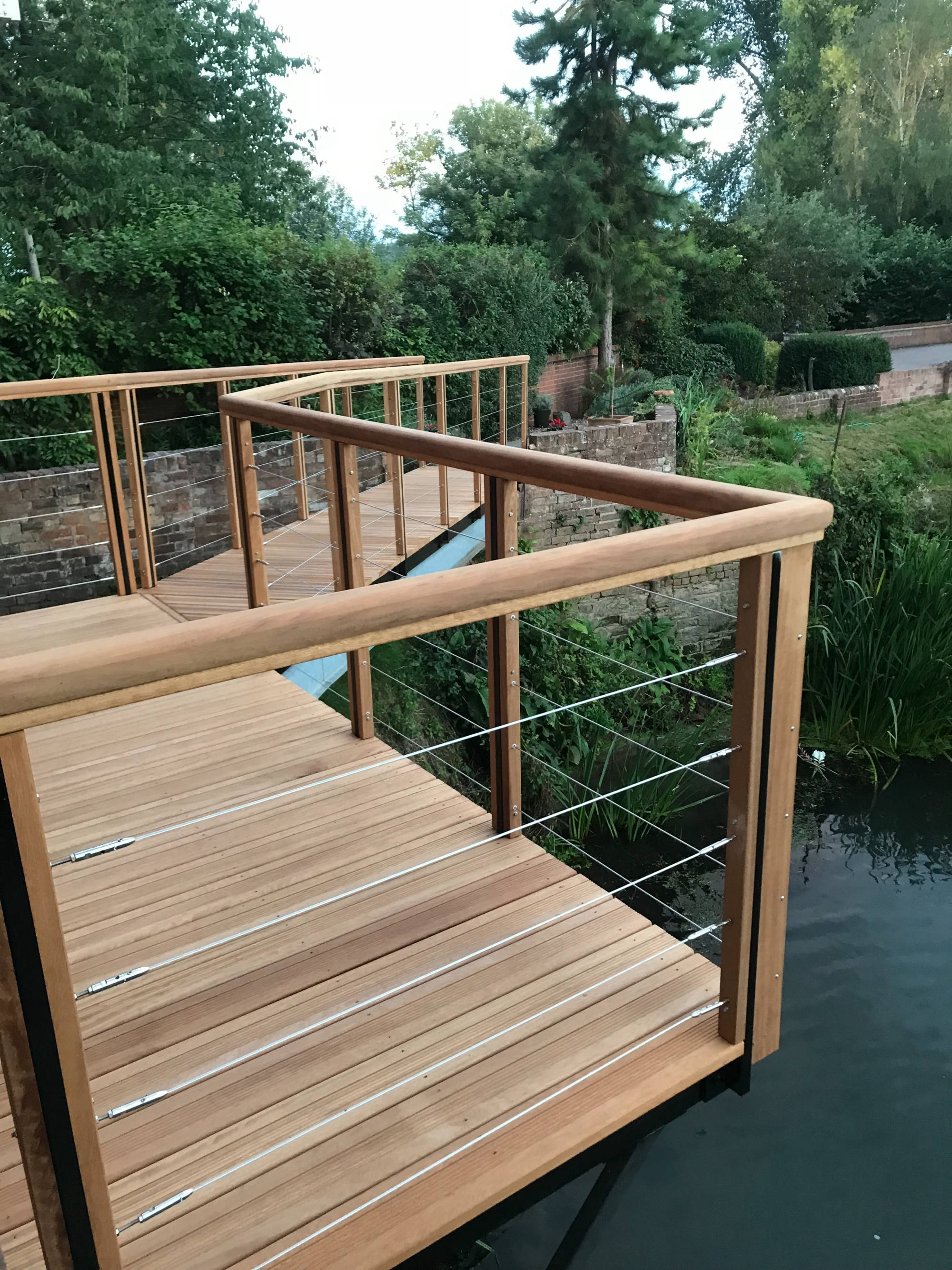 Wire rope decking balustrade